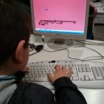 Asistente al taller modificando el juego