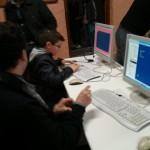 Varios asistentes se enfrentan a distintos retos de programación en BASIC