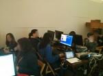 Muchos futuros programadores concentrados en el taller